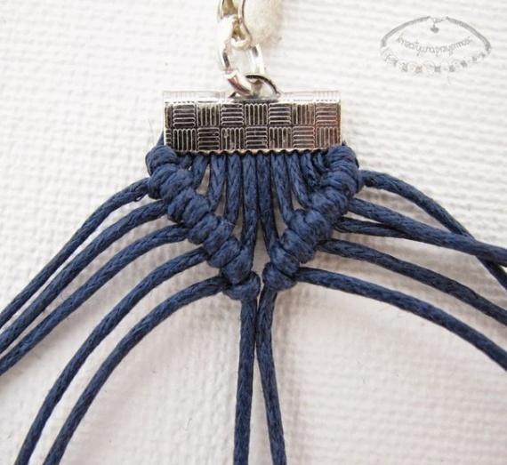 Браслет в технике макраме из шнурка и бусин