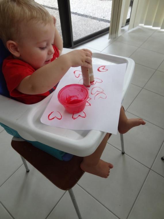 рисует сердечки ребенок